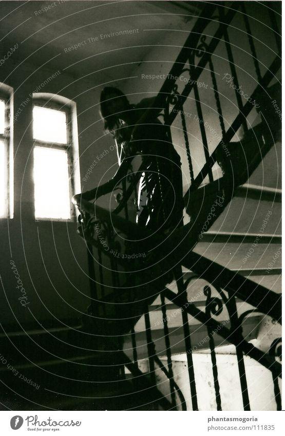 Wanderung durch vergangene Zeiten dunkel Architektur Treppe Vergänglichkeit verfallen Verfall Vergangenheit historisch Eisen Lack Gotik Fetischismus