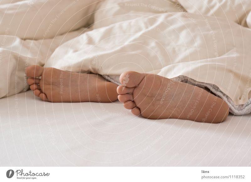 das frühstück wartet Wohlgefühl Zufriedenheit Erholung ruhig Bett Mensch Junge Frau Erwachsene Familie & Verwandtschaft Leben Fuß 2 8-13 Jahre Kind Kindheit