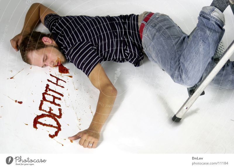 da liegt er...einfach so Mann Tod schlafen fallen Typ Leiter Blut Kerl