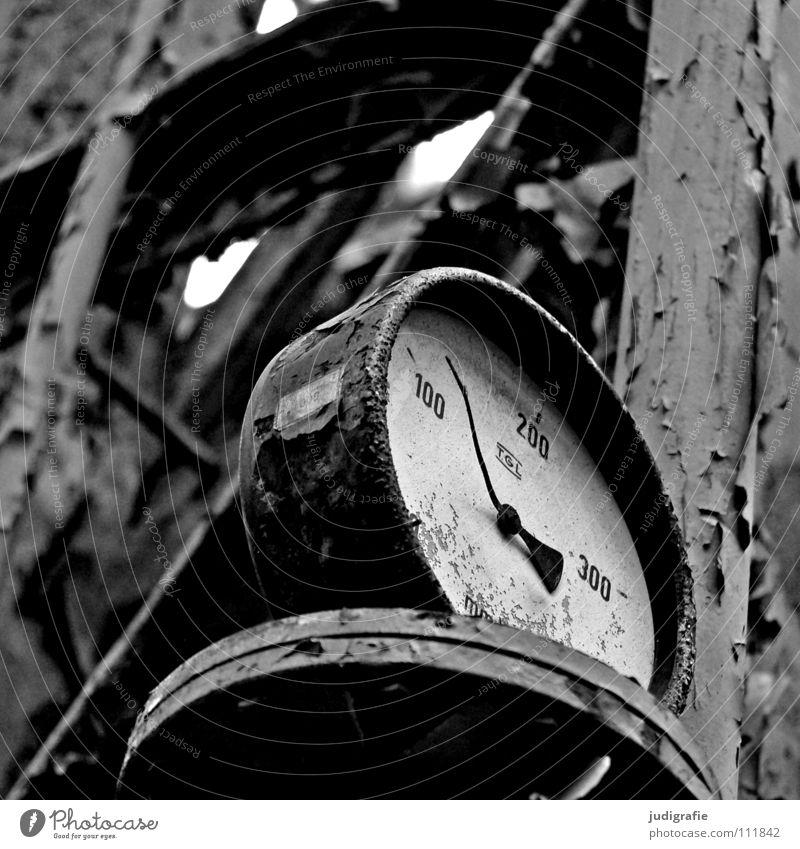 Industrieromantik Schwarzweißfoto Innenaufnahme Uhr Fabrik Zeichen Ziffern & Zahlen alt kaputt Leistung Vergänglichkeit Wandel & Veränderung Zeit Zerstörung
