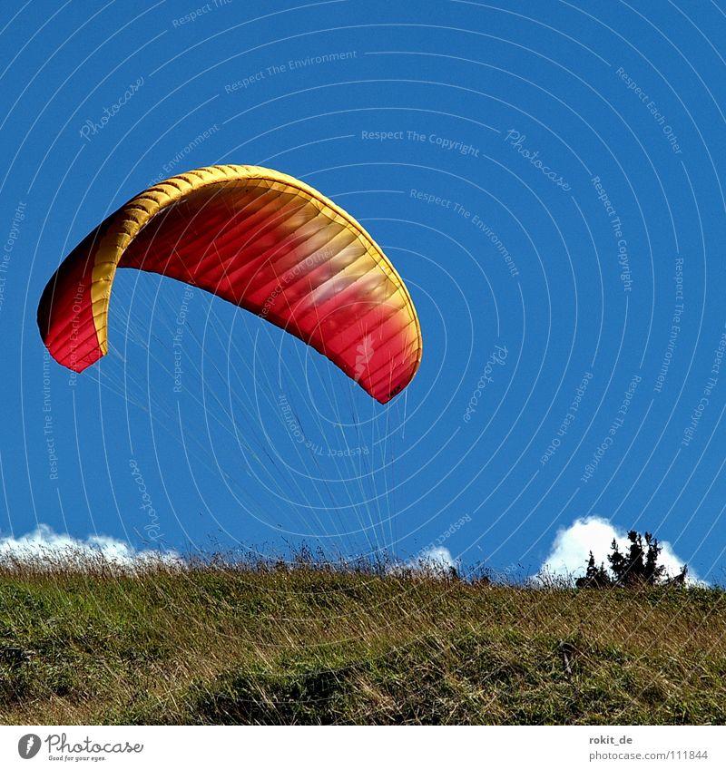 Wo isser denn? Himmel grün blau rot Freude Wolken Wege & Pfade Seil Horizont laufen Beginn Fallschirm Luftverkehr stoppen steigen hängen