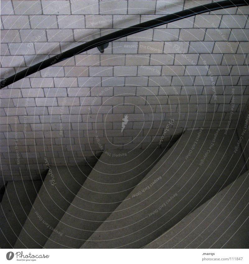 Graustufen schwarz dunkel Wand grau Angst gehen laufen Beton Treppe Häusliches Leben Backstein steigen Geländer Panik abwärts