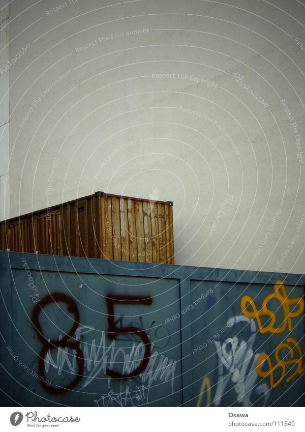 165+ Wand Brandmauer Stahl Hausnummer weiß grau Wellblech Trapezblech Friedrichshain Club 85 Fünfundachzig Container Tor Stahltor Toreinfahrt Graffiti blau
