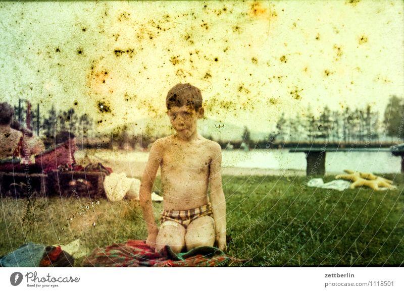 Thomas, 1971 Kind Junge Porträt Schwimmen & Baden Schwimmsport Schwimmbad Freibad nackt Männlicher Akt Ferien & Urlaub & Reisen Freizeit & Hobby sitzen hocken