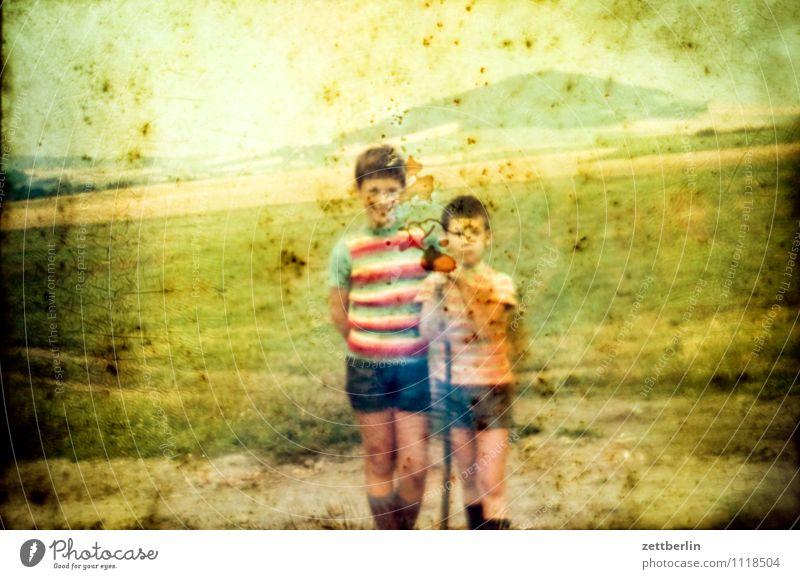 Lutz und Thomas vor dem Hutberg Kind Junge Ferien & Urlaub & Reisen Reisefotografie Landschaft Hügel Horizont früher Kindheit Kindheitserinnerung Jugendliche