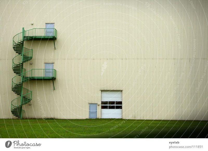 Zugangssinteraktion Feuerleiter Notausgang Wendeltreppe Hallentor Eingang Einfahrt gelb grün Wand Arbeit & Erwerbstätigkeit Industrielandschaft Einsamkeit ruhig