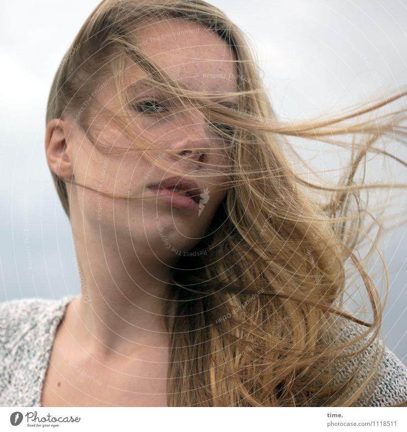 . feminin Junge Frau Jugendliche 1 Mensch Pullover blond langhaarig beobachten Denken Blick warten schön Gefühle selbstbewußt Coolness Willensstärke Mut