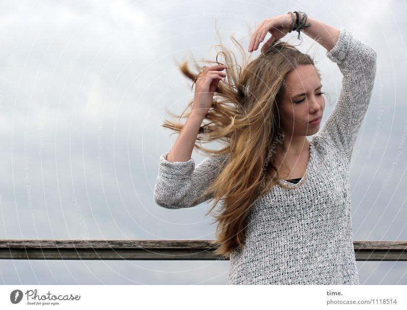 . Mensch Jugendliche schön Junge Frau Erholung Leben Bewegung feminin Stimmung träumen Zufriedenheit Wind blond warten Tanzen Kreativität