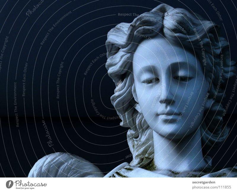 gabriel Statue Friedhof Grabstein Kunst dunkel Dämmerung Griechenland Trauer ruhig Umhang Tracht Frau Steinfigur Grabmal Einsamkeit Religion & Glaube Beerdigung