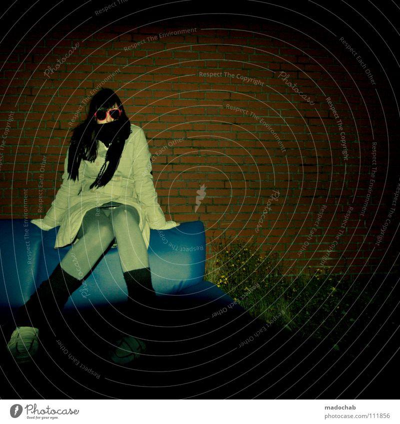 DEATH BY STYLE Frau feminin Mensch Medienrummel Schal Winter Lifestyle Afterhour Nacht Abend dunkel schön Sonnenbrille Jacke Körperhaltung Sofa Wand rot