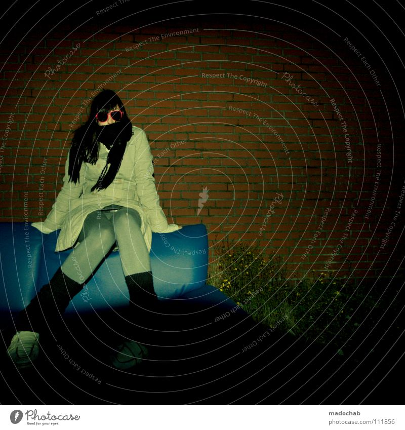 DEATH BY STYLE Frau Mensch Himmel Jugendliche Hand schön rot Winter feminin dunkel Wand Party Mauer Mode rosa sitzen