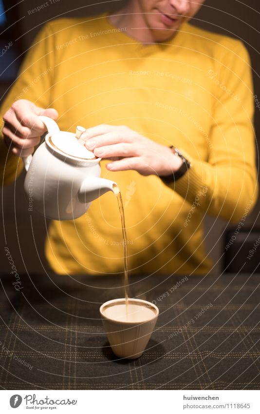 anfangen, den Tee zu servieren Getränk Heißgetränk Schwarzer Tee Topf Becher Teetasse Teekanne elegant Mann Erwachsene Hand Finger 1 Mensch Tischwäsche