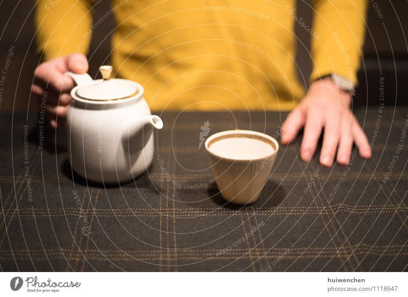 bereit für eine Tasse Tee? Getränk Topf Becher Teetasse Teekanne elegant Freude 1 Mensch festhalten Freundlichkeit braun gelb gold weiß friedlich