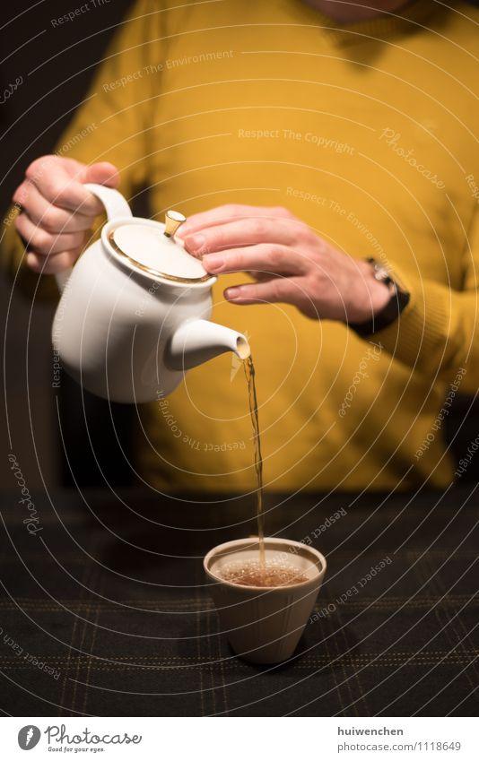 Mensch Mann weiß Erholung Hand Freude Erwachsene gelb braun Lifestyle elegant gold Getränk Finger Freundlichkeit festhalten
