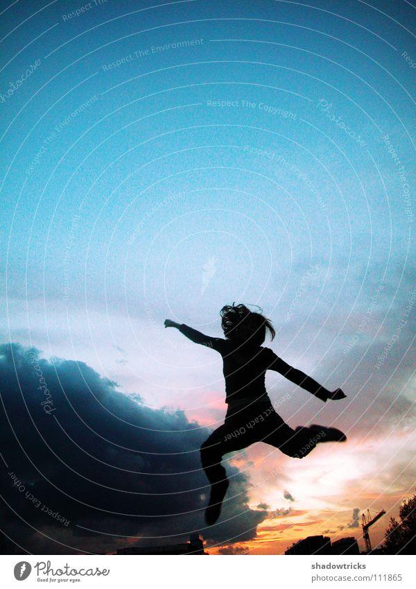 FREUDE !!! Licht Gegenlicht grün türkis Silhouette Frau springen Hochhaus Baustelle Kran rot Paris schön Mensch Himmel Schatten Sonne blau Haare & Frisuren