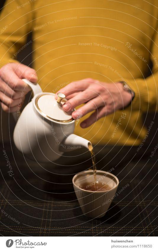ein Mann serviert den Tee Getränk Schwarzer Tee Topf Becher Teekanne Teetasse Lifestyle Erwachsene Hand Finger 1 Mensch Tischwäsche festhalten Freundlichkeit