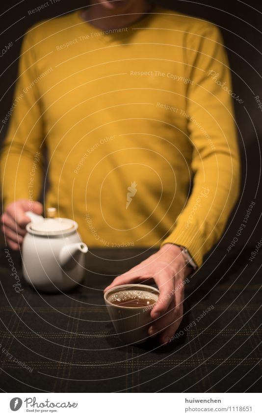 genießen Sie den Tee trinken Becher Teetasse Teekanne Tischwäsche Lifestyle elegant Erholung Mann Erwachsene Hand Finger 1 Mensch Freundlichkeit Fröhlichkeit