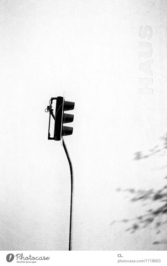 ampel Wetter Schönes Wetter Haus Mauer Wand Verkehr Verkehrswege Straßenverkehr Ampel Schriftzeichen warten stagnierend Wege & Pfade Schwarzweißfoto