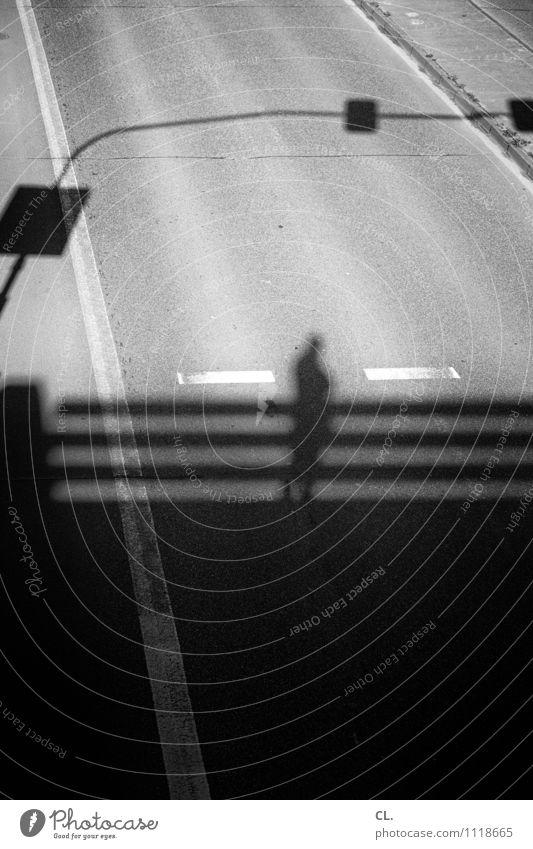 schatten und linien Mensch Erwachsene 1 Verkehr Verkehrswege Straßenverkehr Wege & Pfade Brücke Verkehrszeichen Verkehrsschild beobachten Schwarzweißfoto