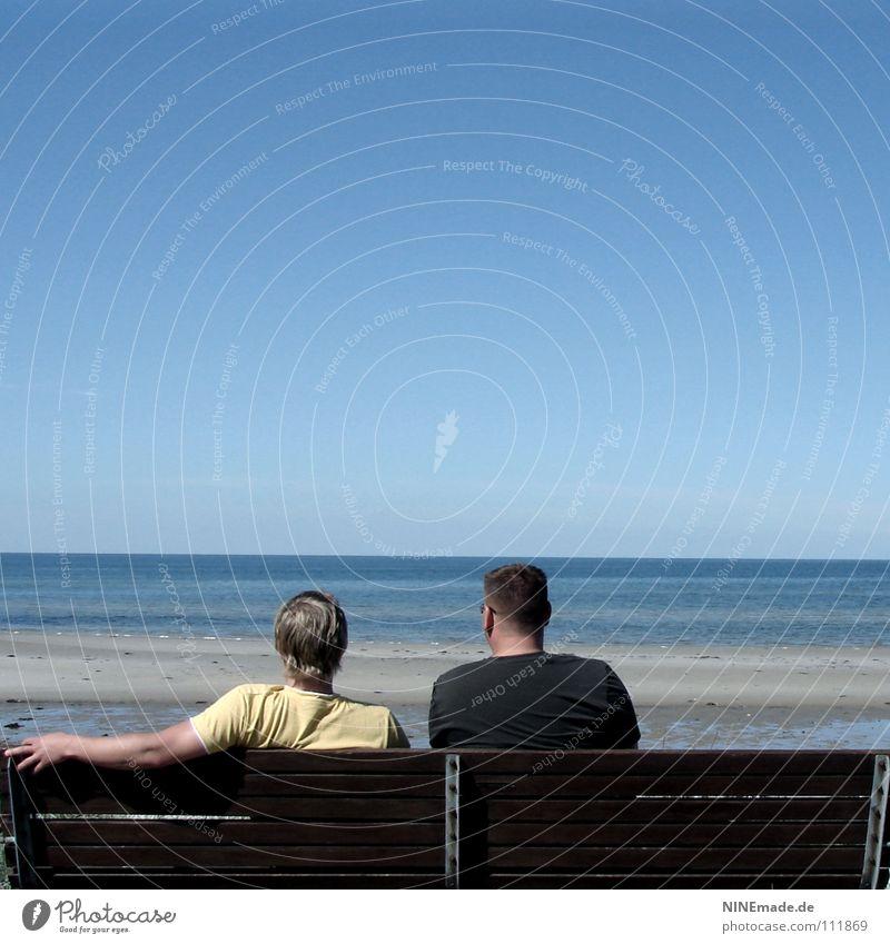 MännerGespräch Mann sprechen Rede Philosophie Parkbank Holz Hand Finger gelb schwarz braun beige Meer Strand Physik Sommer Sandstrand Ebbe Horizont himmelblau