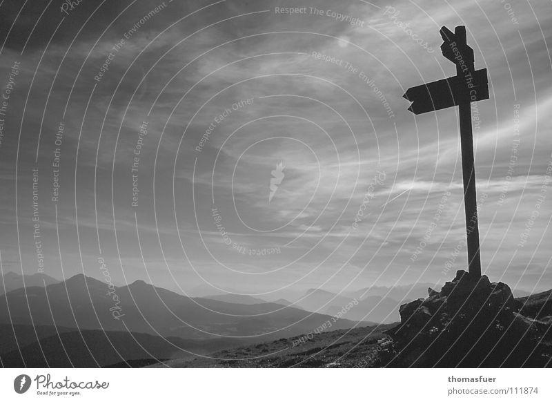 Weite - nicht ziellos Abendsonne Schlagschatten Wolken Begleiter Ferne Wege & Pfade Hoffnung Selbstvertrauen Horizont Schwarzweißfoto Berge u. Gebirge