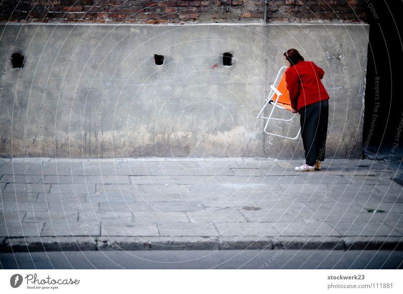 bringing back color Stadt Senior Straße Farbe grau Stuhl Lebensfreude Bürgersteig Verkehrswege anonym