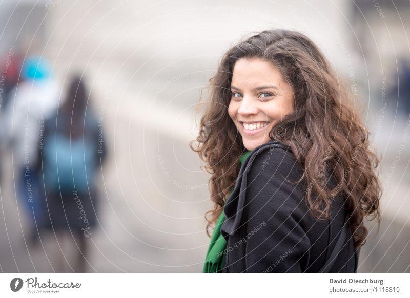 Zurückblicken Mensch Frau Jugendliche Freude 18-30 Jahre Erwachsene Gesicht feminin Glück Haare & Frisuren Kopf Zufriedenheit Erfolg Fröhlichkeit Lächeln