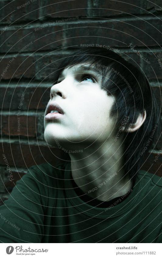 Looking Up Jugendliche weiß Gesicht dunkel Junge Stil oben Haare & Frisuren Mauer Mund Nase beobachten Wange Hals Backsteinwand Kindergesicht