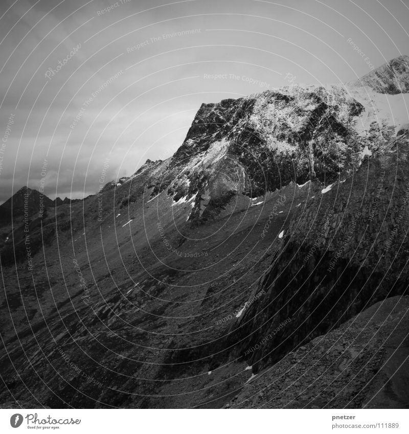 Lonely Mountain Wolken schwarz weiß Ferien & Urlaub & Reisen gefährlich Berghang steil Schwarzweißfoto Berge u. Gebirge bersch hoch Schnee Stein Himmel Klettern