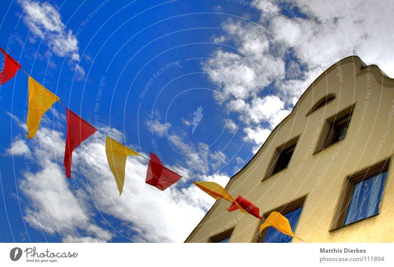 girlanden Himmel blau schön Stadt rot Sommer Freude Wolken Haus Ferne gelb Fenster Glück Party Stimmung Feste & Feiern