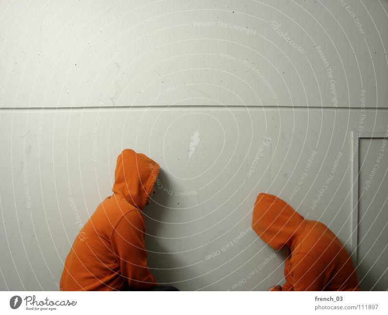 Westendgirls Mensch weiß Farbe Wand Mauer Denken See Linie orange maskulin Perspektive Ecke Bekleidung Jacke dumm Pullover