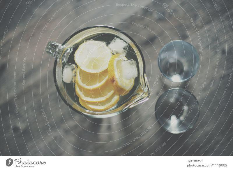 Zitronen Wasser Lebensmittel Getränk trinken Erfrischungsgetränk Trinkwasser Limonade gelb kalt Glas Karaffen Eiswürfel Farbfoto Innenaufnahme Studioaufnahme
