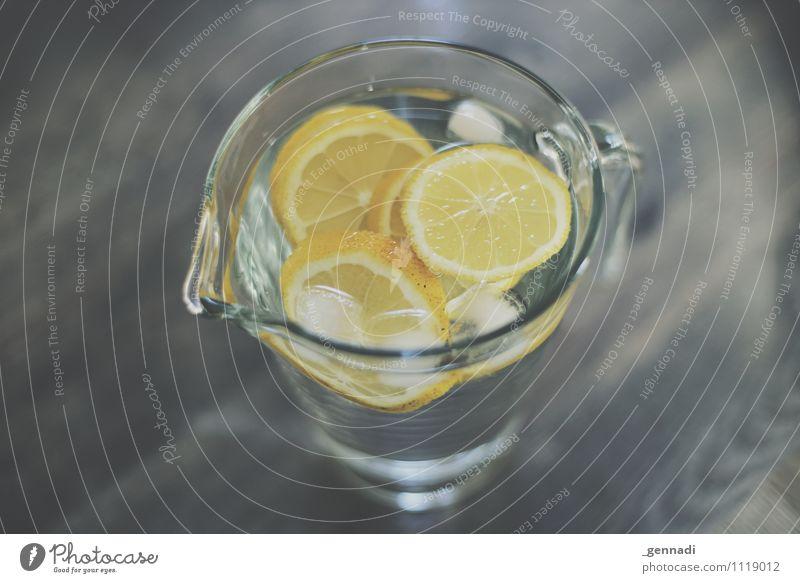 Erfrischung Lebensmittel Getränk trinken Erfrischungsgetränk Trinkwasser Limonade gelb Eiswürfel Wasser Karaffen kalt Gesundheit Farbfoto Innenaufnahme