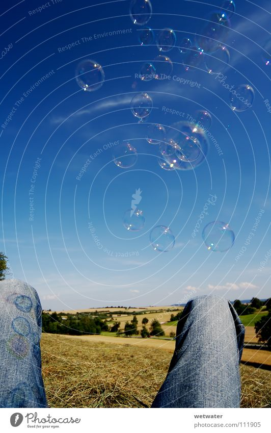 Seifenblasen 2 Sommer Himmel Luft Erholung Freude schön blubble soap child sky fun Jeanshose Beine landdscape Landschaft Ball Kugel