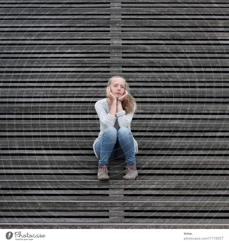 . Mensch Jugendliche schön Junge Frau Erholung Einsamkeit ruhig feminin Denken blond sitzen Schuhe warten beobachten Bauwerk Gelassenheit
