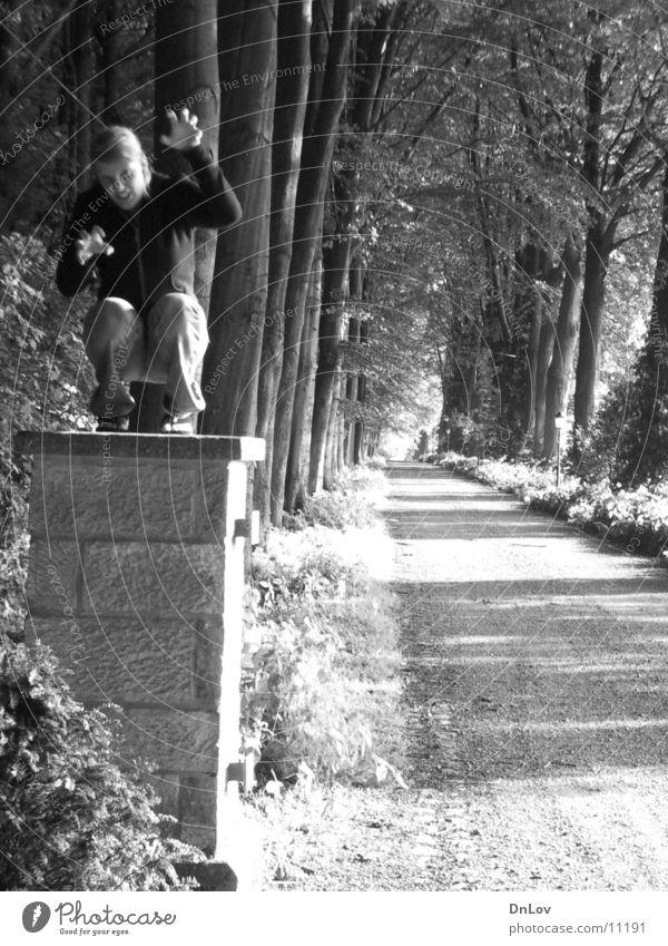 grr.... Frau Löwe Statue Mensch Schwarzweißfoto Außenaufnahme Allee Spaßvogel lustig Witz Skulptur skulptural