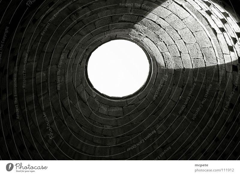 - hole - dunkel Stein Mauer Burg oder Schloss verfallen Frankreich historisch Loch Decke Taube Schwarzweißfoto Bretagne