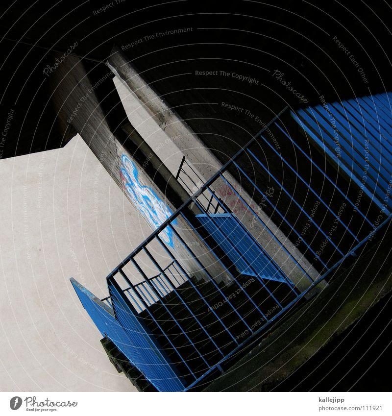 suburbia Feuerleiter Brand Notausgang Ausgang Panik grau Karriere aufsteigen Beton Haus Hochhaus Sicherheit Ausweg Architektur Treppe stairs blau blue emergency