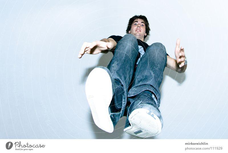Jump I Jugendliche Hand Freude springen Luft Gesundheit Schuhe Raum hoch Jeanshose Niveau Konzentration Schüler Überraschung Decke trendy