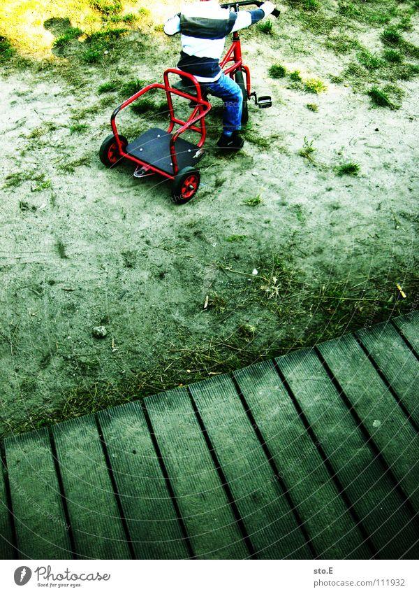 offroad Kind klein fahren Dreirad Gelände Pullover gestreift Sand dreckig Mensch Junge tretauto tretwagen einzeln holprig lenken Außenaufnahme Detailaufnahme