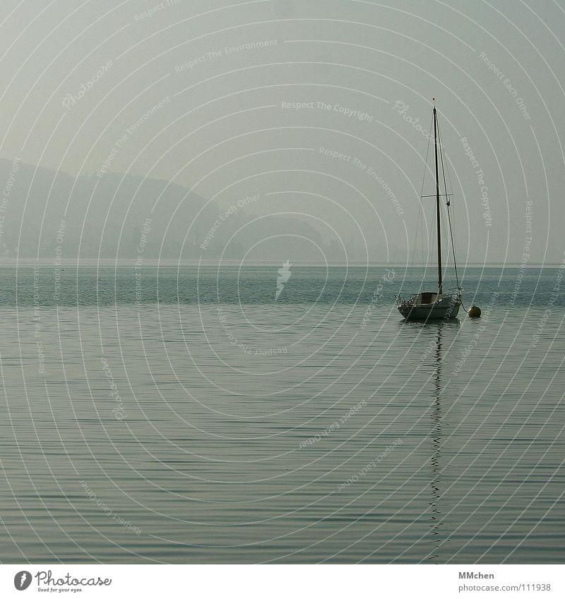 Still ruht der See Himmel Wasser Ferien & Urlaub & Reisen Einsamkeit ruhig Ferne Erholung Herbst grau Denken Wasserfahrzeug Nebel trist Segeln trüb