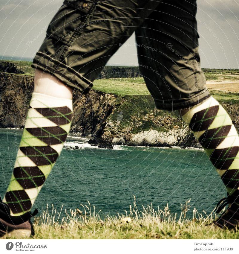Burlington Mountains Strümpfe wandern Schuhe Wanderschuhe Hose Shorts Knie Gras Meer See Wellen Klippe Küste Brandung Berghang Horizont gehen Muster