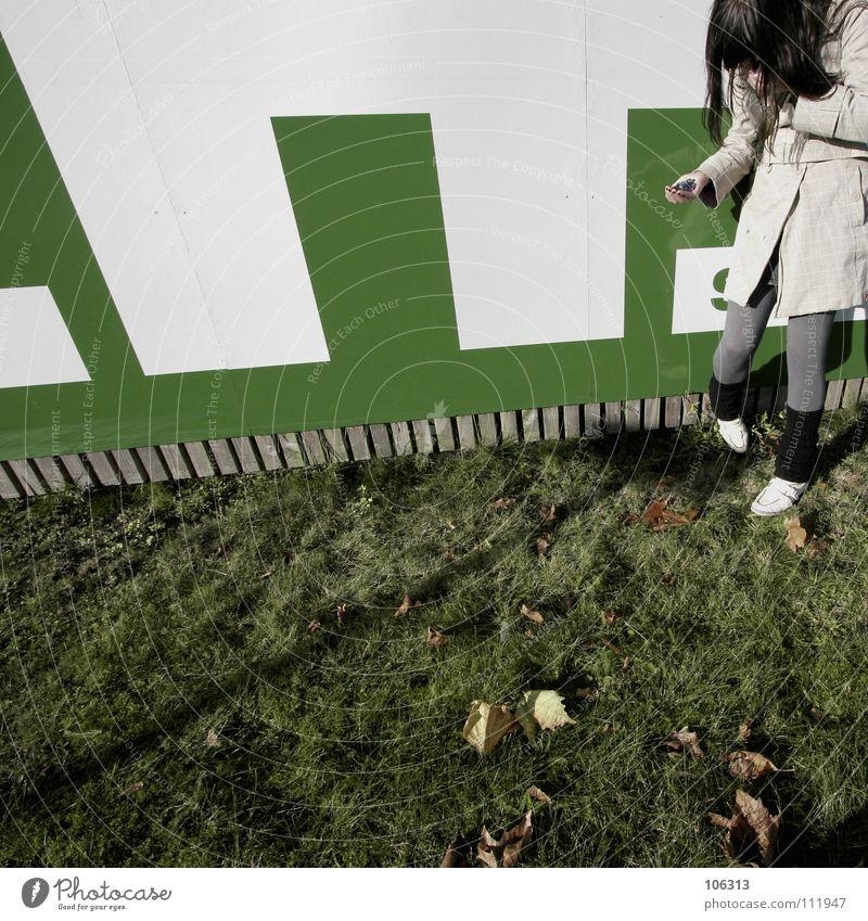 SHE IS FUNNY Frau Hand weiß grün Freude lachen lustig Schilder & Markierungen Bekleidung Industriefotografie stehen festhalten Freundlichkeit Hinweisschild drehen Grimasse