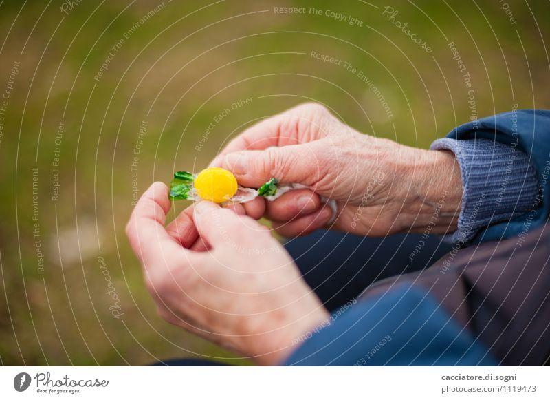 Lecker Bonbon blau grün Erholung Hand gelb Traurigkeit klein Lebensfreude genießen süß rund Neugier lecker Süßwaren Appetit & Hunger Vorfreude