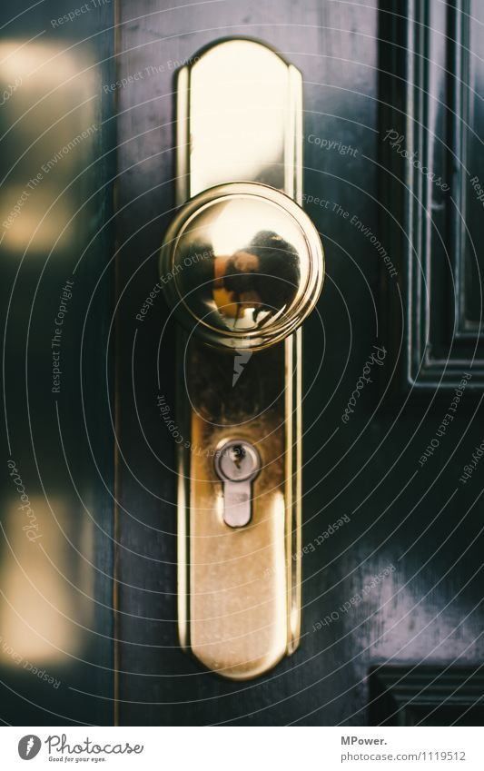 klinke putzen Metall Gold glänzend Autotür Schloss Schlüsselloch Spiegel grün geschlossen Eingang Sicherheit aussperren ausgeschlossen Holztür Griff Wohnung