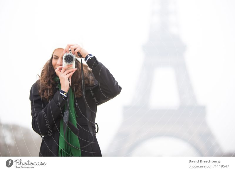 Fotografin am Eiffelturm Mensch Frau Ferien & Urlaub & Reisen Jugendliche Stadt Junge Frau Hand Erwachsene Gesicht Leben feminin Körper Tourismus Perspektive