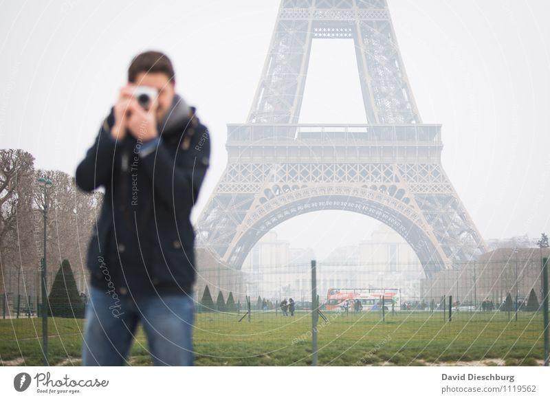 Fokusfrage Mensch Ferien & Urlaub & Reisen Jugendliche Mann 18-30 Jahre Erwachsene maskulin Freizeit & Hobby Körper Tourismus Fotografie Rasen Fotokamera Jacke