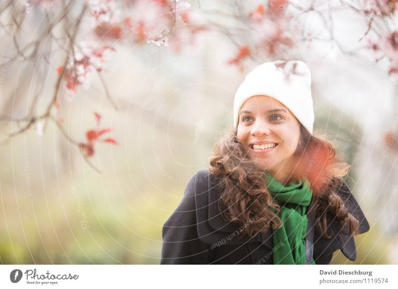 in freudiger Erwartung Mensch Frau Jugendliche Pflanze Baum Tier 18-30 Jahre Erwachsene Frühling Blüte feminin Glück lachen Garten rosa Park