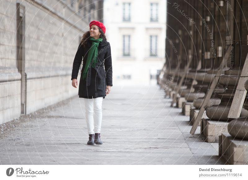 on the way Mensch Frau Ferien & Urlaub & Reisen Jugendliche grün rot 18-30 Jahre Erwachsene Leben Wand Architektur feminin Mauer Glück gehen Zufriedenheit