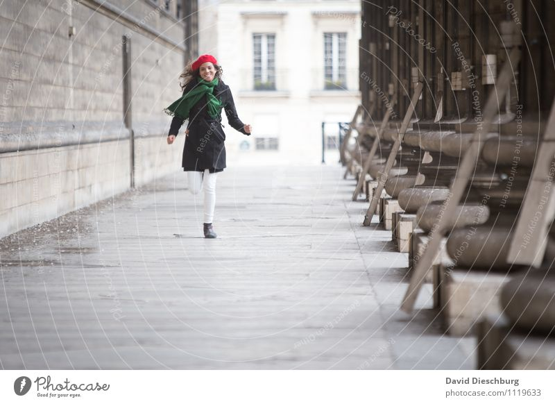 Auf mich zukommen II Ferien & Urlaub & Reisen Sightseeing Städtereise feminin Frau Erwachsene Körper 1 Mensch 18-30 Jahre Jugendliche Stadtzentrum Fassade